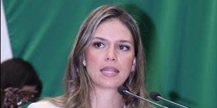 Daniela de los Santos Torres presentará licencia