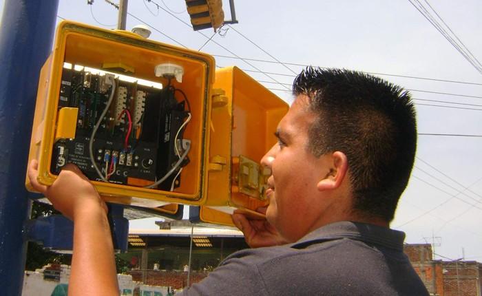 Avanza reprogramación de semáforos