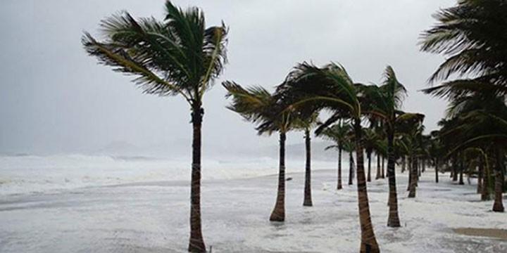 """Suspenden clases en Lázaro Cárdenas por huracán """"Carlos"""""""
