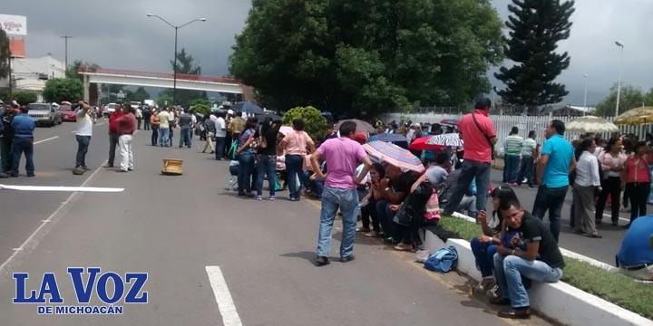 CNTE bloquea salida de Uruapan