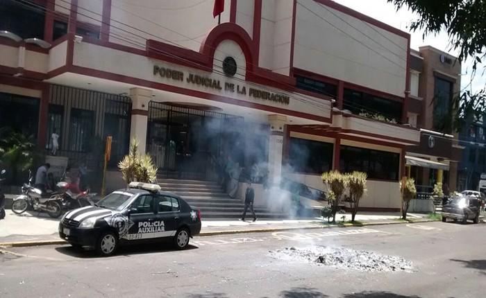 CNTE quema exámenes PLANEA en Uruapan