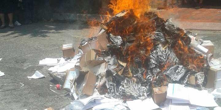 Maestros queman material de la prueba PLANEA