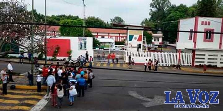 Estudiantes bloquean la alcaldía en Uruapan