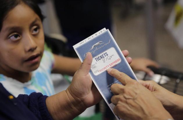 Liberan más rápido a familias migrantes en Texas