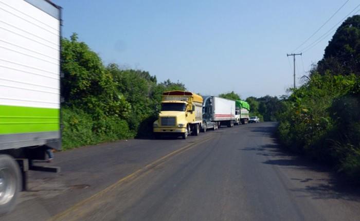 Bloquean carretera Peribán-Buenavista
