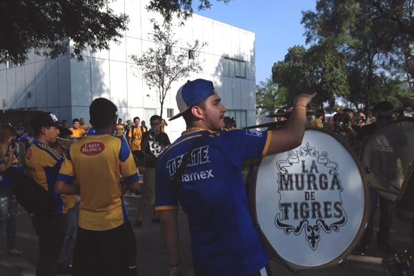 Fans de Tigres y Chivas, de capa caída en el Volcán