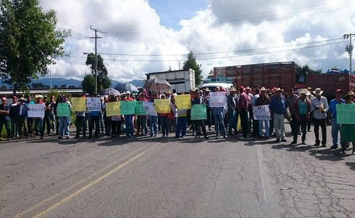 Comuneros toman carretera cerca de Zitácuaro