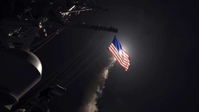 EE.UU. ataca base aérea siria en represalia por ataque químico