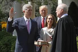 Neil Gorsuch juramenta como juez de la Corte Suprema de Justicia