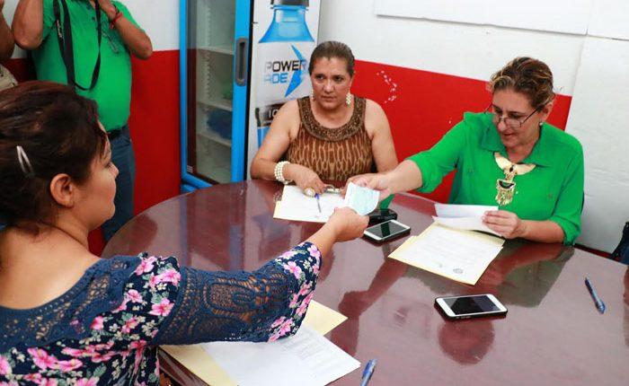 Otorgan créditos para reactivar negocios en Apatzingán