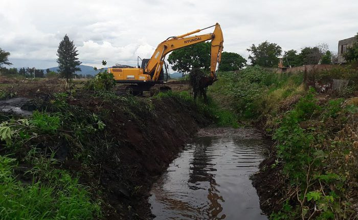 Limpian drenes y canales para prevenir inundaciones en Zamora