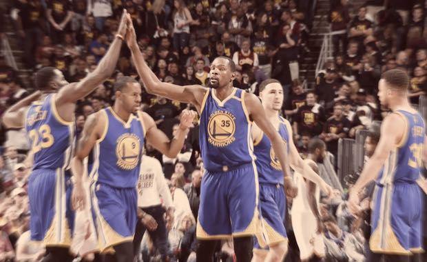Un último minuto letal deja a los Warriors a un paso del campeonato