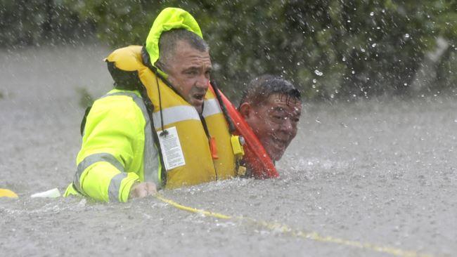 Rescatan a 2.000 personas de las inundaciones en Houston