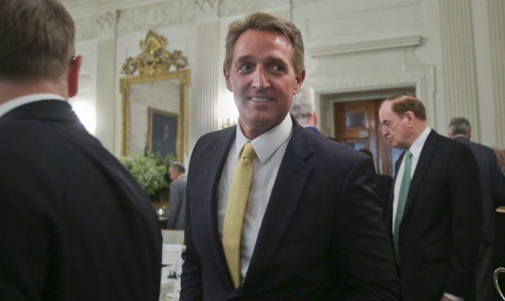 Trump ataca dos senadores críticos de su posición sobre racismo